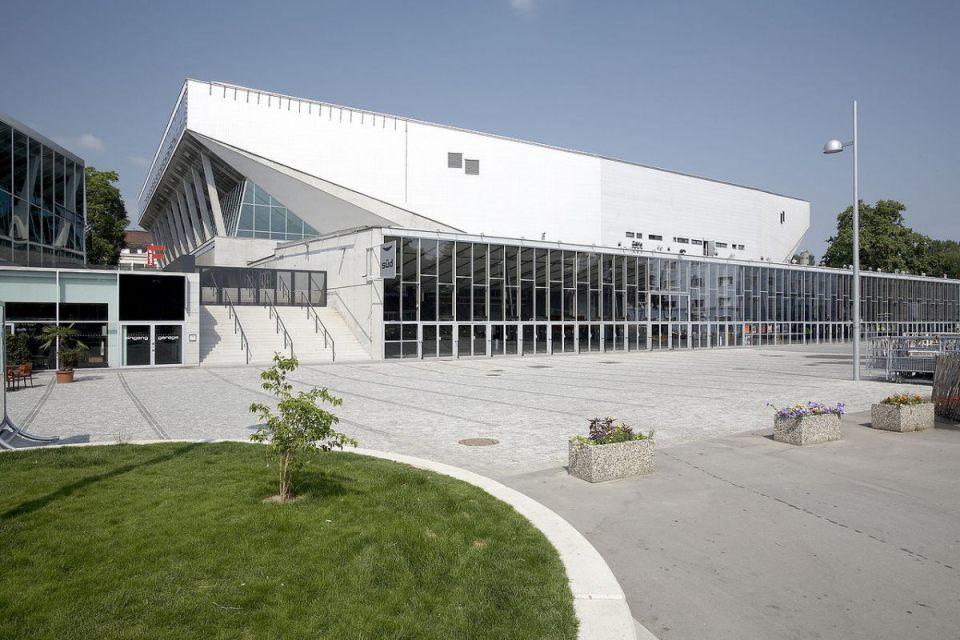 1280px-Wiener_Stadthalle_Aussen_2008